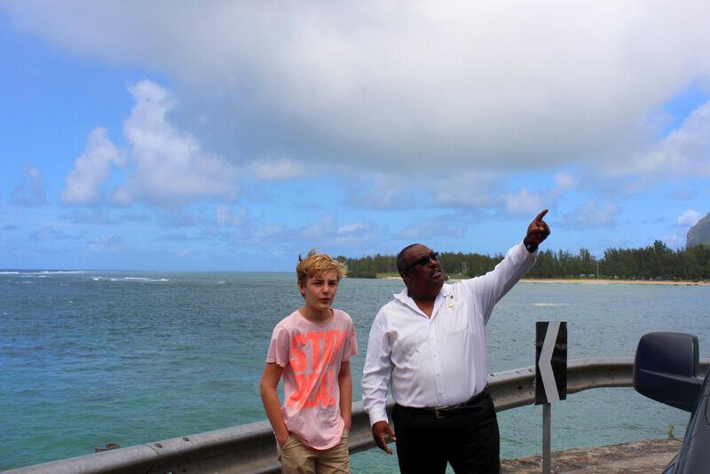 Hotellet ordnade med en trevlig chaufför som också var en duktig guide. För att lämna hotellet åkte vi längst stranden på en väg som ha berättade hade korats till en av världens tio vackraste vid något tillfälle.