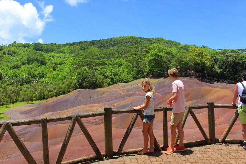 Vi besökte Mauritius mest besökta turistattraktion, Seven Coloured Earth i Chamarel, ett område där sanden i dynorna bildar vackra färgskiftningar. Även om sanden blandas så får den efter en stund tillbaka sina skiftningar.