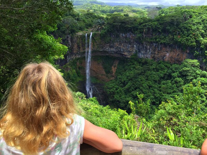 Längst vägen såg vi vattenfall.