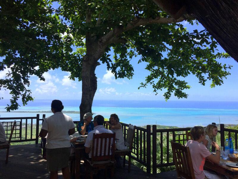 Vi åt en riktigt god lunch på en restaurang som hette La Chamarel. Restaurangen låg på ett berg och utsikten var fantastiskt fin.