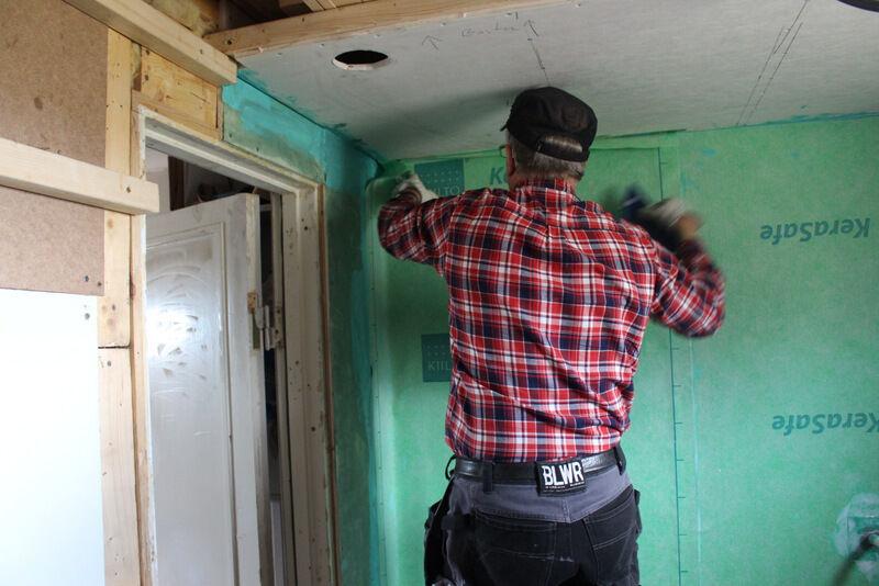 Men oj så mycket bestämmelser det finns runt bygge av våtutrymme. En bastu räknas inte som våtutrymme, men duschen var tvungen att ha en massa olika lager av isolering innan väggarna kunde kaklas.
