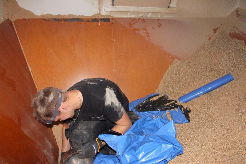 Jag hade för ett antal år sedan låtit bygga om tvättstugan i grovköket till pelletsförråd. Nu behövdes inte förrådet längre och bastun hade plötsligt en given plats. Rummet var ombyggt som en tratt och det var inget lätt jobb at få ut all pellets. Hela huset blev dammigt.
