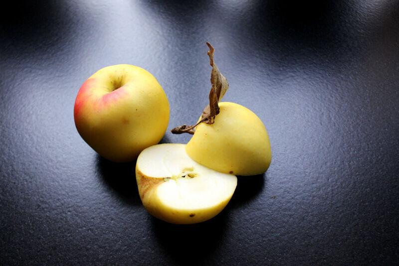 Jag använder äpple i nästan alla mina juicer. Det känns fantastiskt att jag ännu inte behövt köpa några äpplen, utan fortfarande har kvar saftiga och fina exemplar från egen skörd. Men nu är det snart slut.