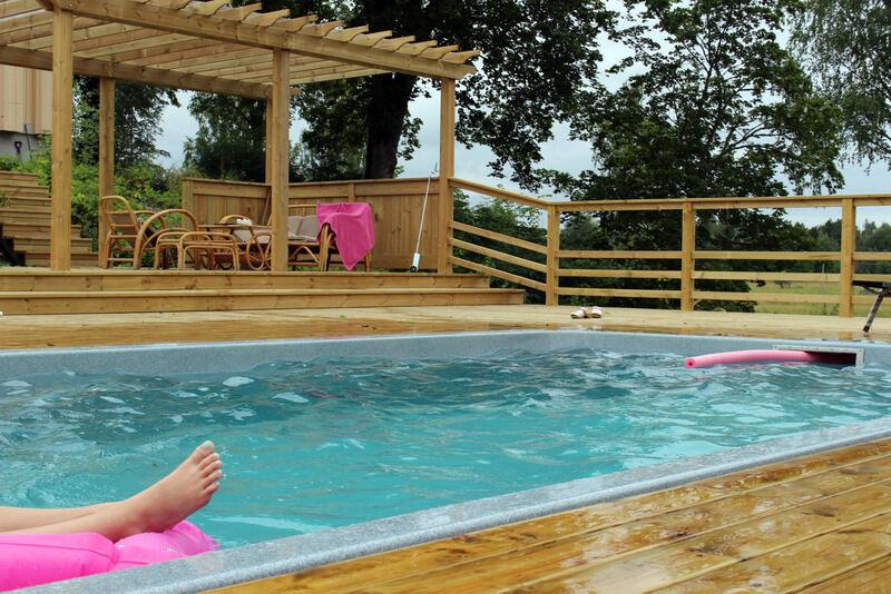 Bastun blev färdig till midsommar och poolen några veckor senare. I juli var det inget vidare badvädret, men vattnet var ändå 28 grader och vi badade varje dag. Extra härligt var det att basta på kvällen och sedan ta ett svalkande kvällsdopp. Helt underbart!