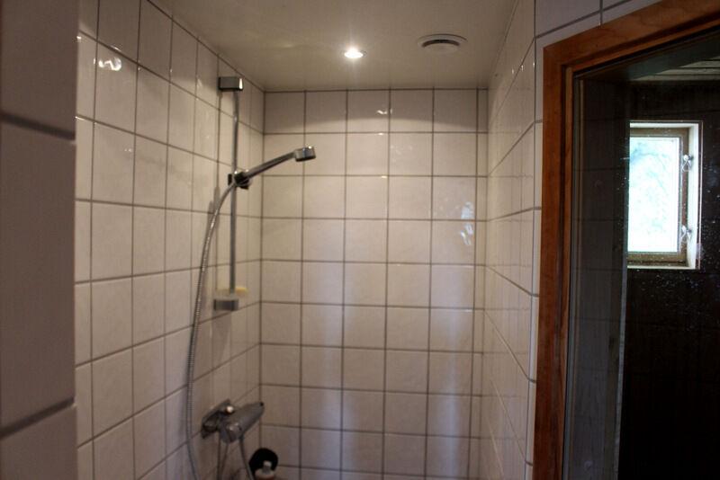 Duschen utanför är enkel och praktisk och fungerar även som dusch till poolen som ligger strax utanför bastun.