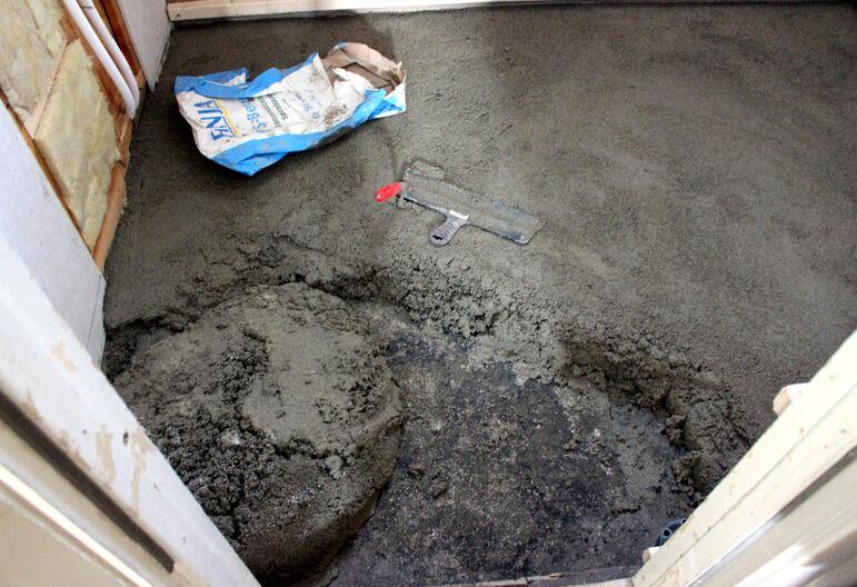 Det blev en för stor nivåskillnad på golvet som fick gjutas upp med cement och sedan planas ut med utjämningsmassa. Kladdigt.