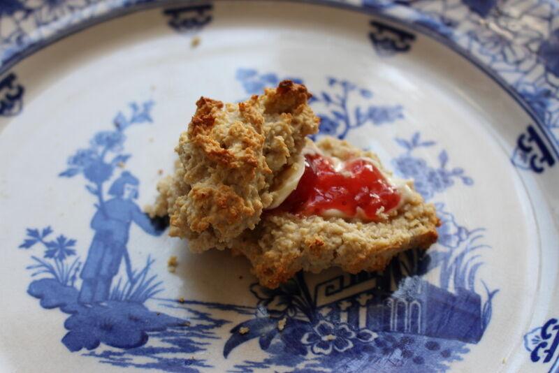 """En rejäl klick osaltat smör och lite jordgubbsylt – mums! Egentligen tycker jag det ska vara """"clotted cream""""  till scones (en slags långkokt grädde som får stå över natten), men då måste man ha lite bättre framförhållning."""