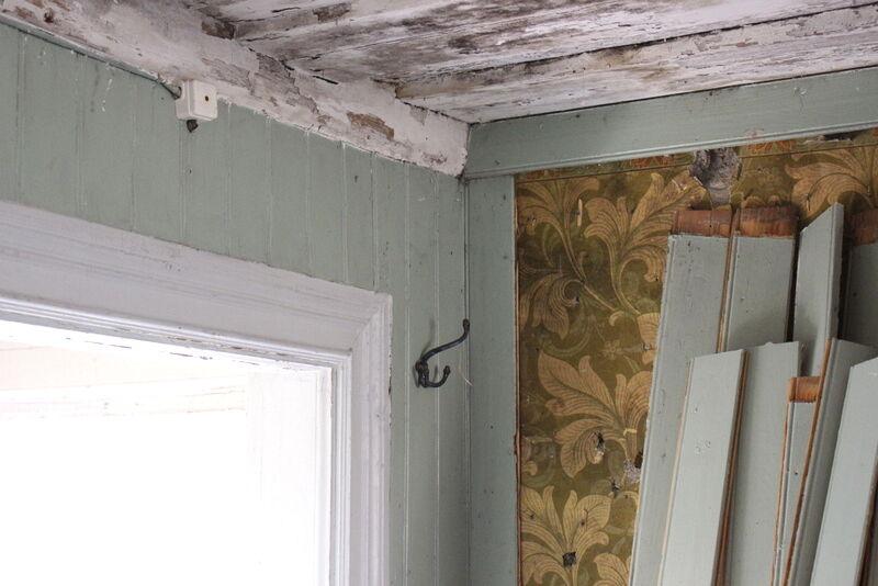 I stugan intill, som kallas arrendatorbostaden, har visst arbete påbörjats. Gammal rutten pärlspont, som är modernt i förhållande till huset, har plockats den..
