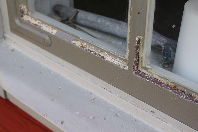 Taken är i gott skick och förrförra sommaren blev stugorna  rödmålade och fick fönsterna renoverade. Fåglarna älskar kitt, så här återstår lite att göra.