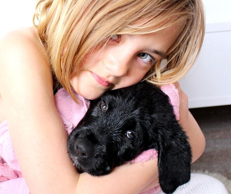 Lovisa har hjälpt till att ge  Baci ett bad. Så söta!