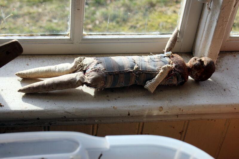I fönstret ligger en föregångare till barbie.