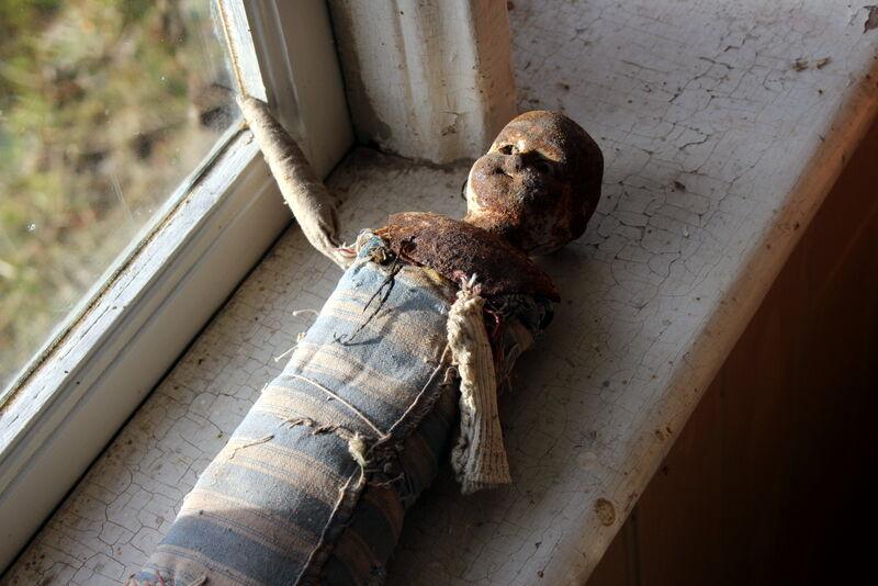 Kuskens barn har nog lekt med dockan, en gång för länge sedan.