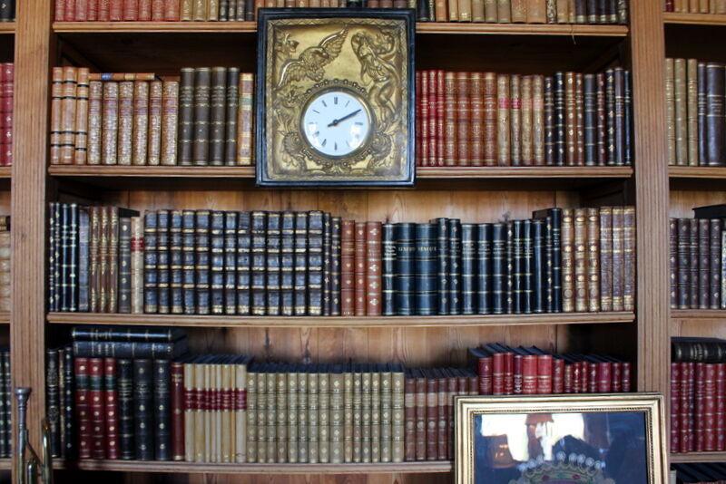 Två fina bibliotek fyllda med böcker.
