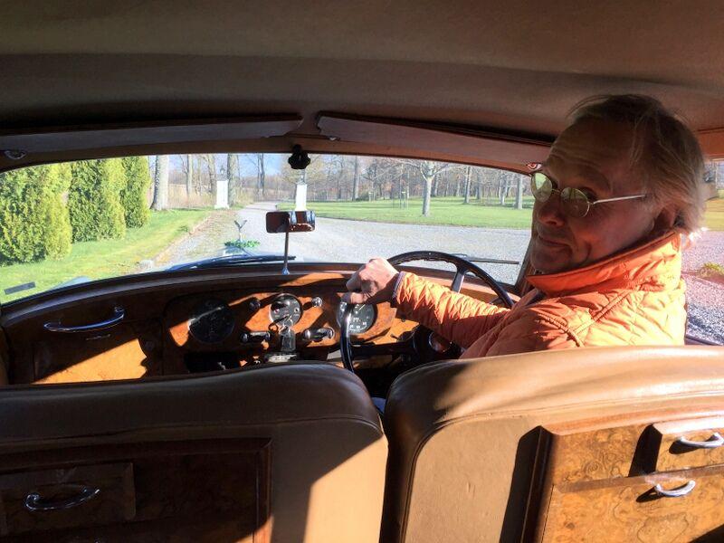 Sen fick vi åka Rolls Royce från 50-talet till gårdens nybyggda kapell