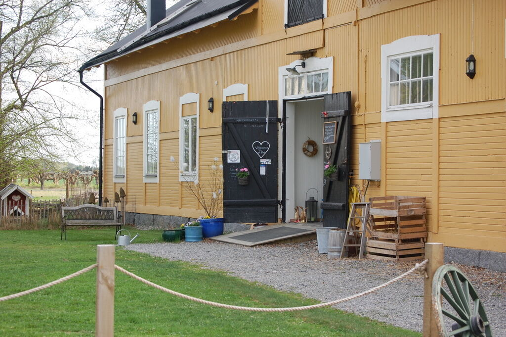 Café Gula villan ligger på ägorna. De som driver caféet har även fåren.