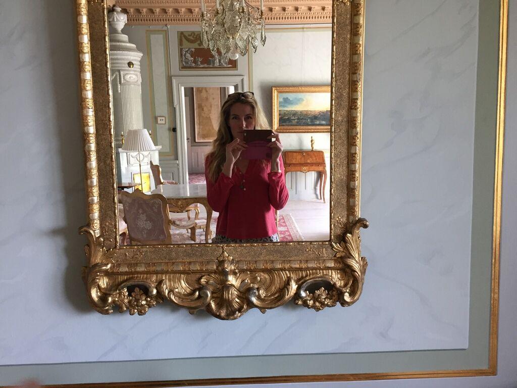 Stylisten och skribenten i salongsspegeln.