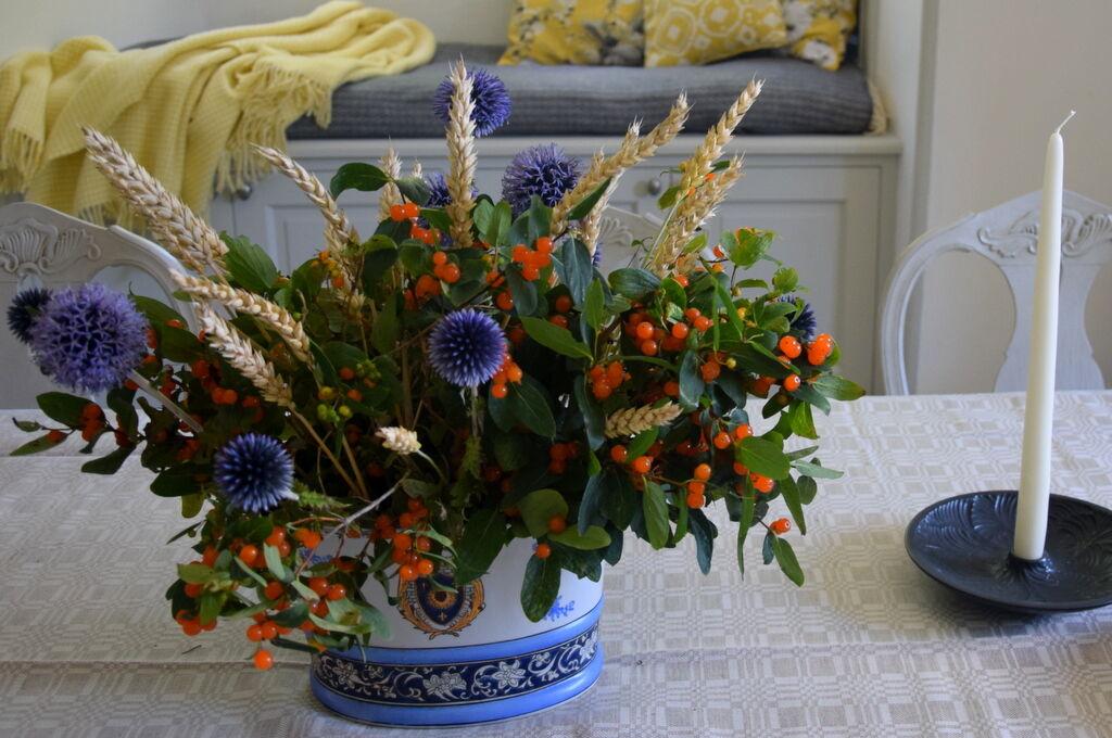Blommor hämtade jag dels i min egen rabatt och dels i trädgården (och på åkern) på Målhammar.