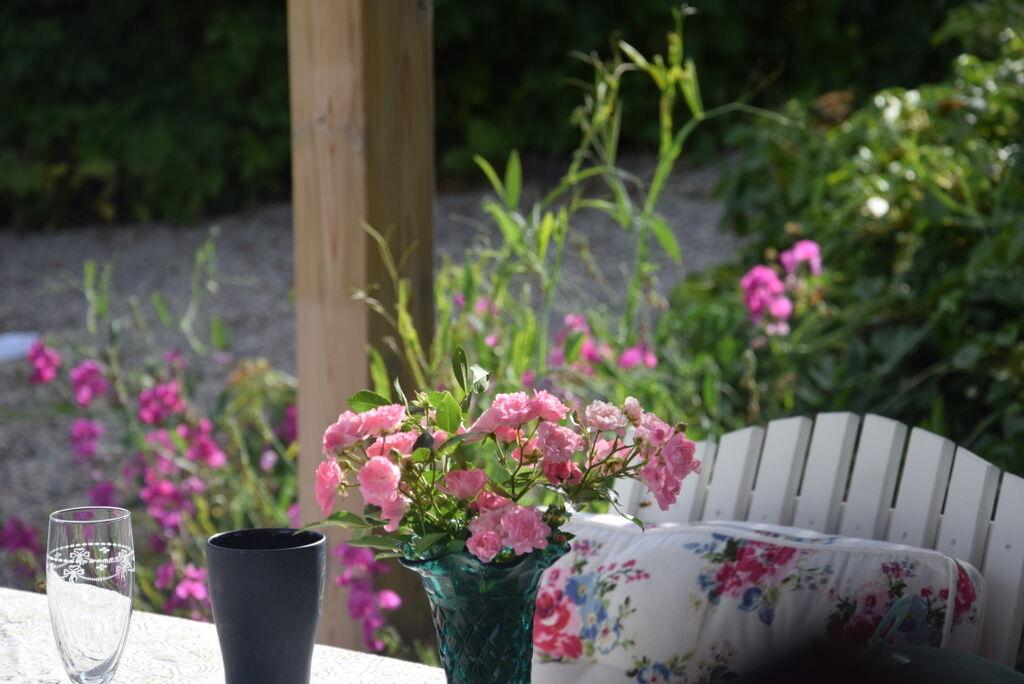 De perenna luktärtorna blommar vid pooldäcket.
