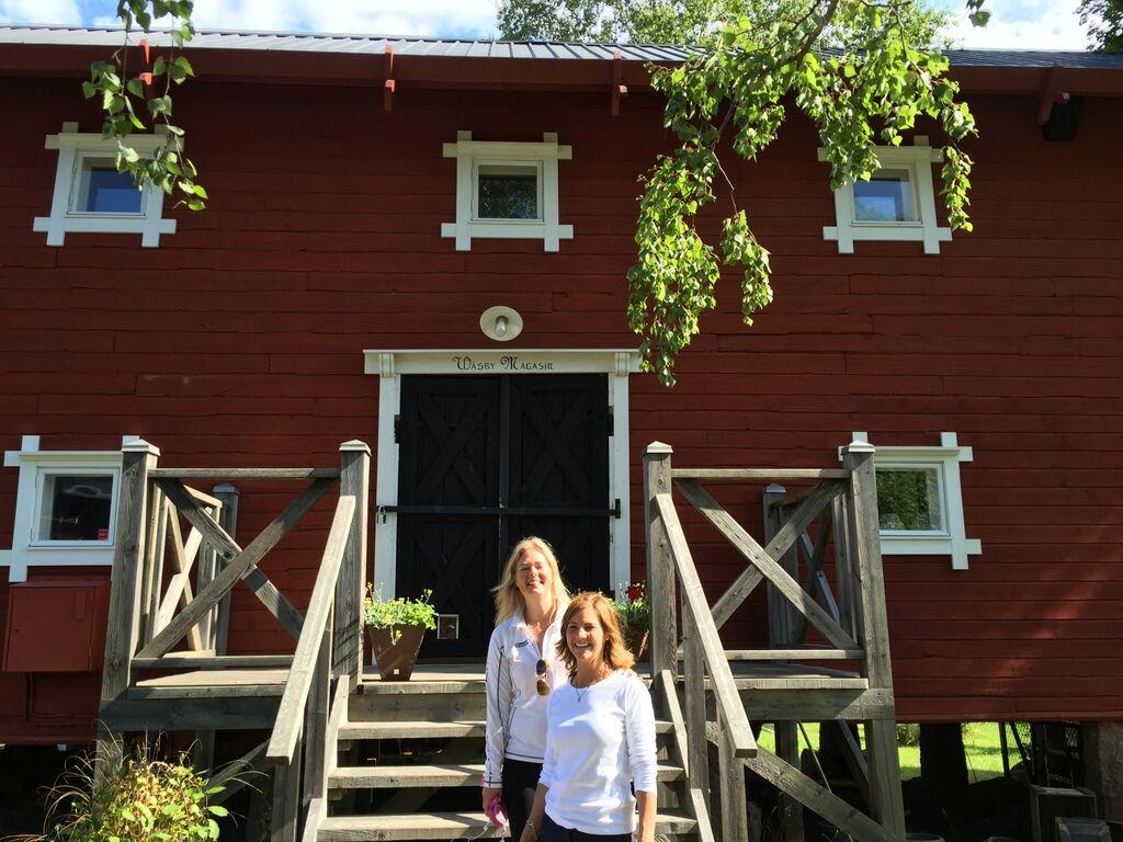 Pernilla från Snowberry och Annica från Wäsby var snälla och öppnade butikerna för mig på sin lediga tid.
