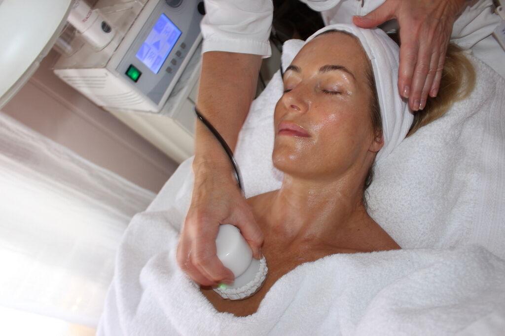 Annika Szabo på Face & Body maserar maserar långsamt med något som känns som ett lagom varmt litet strykjärn. Skönt och avkopplande. Behandlingen ska med hjälp av radiofrekventa vågor ökar näringsupptaget och syretillförseln till cellerna och de laddas med energi som ett batteri. Läs gärna mer om hur det funkar här.