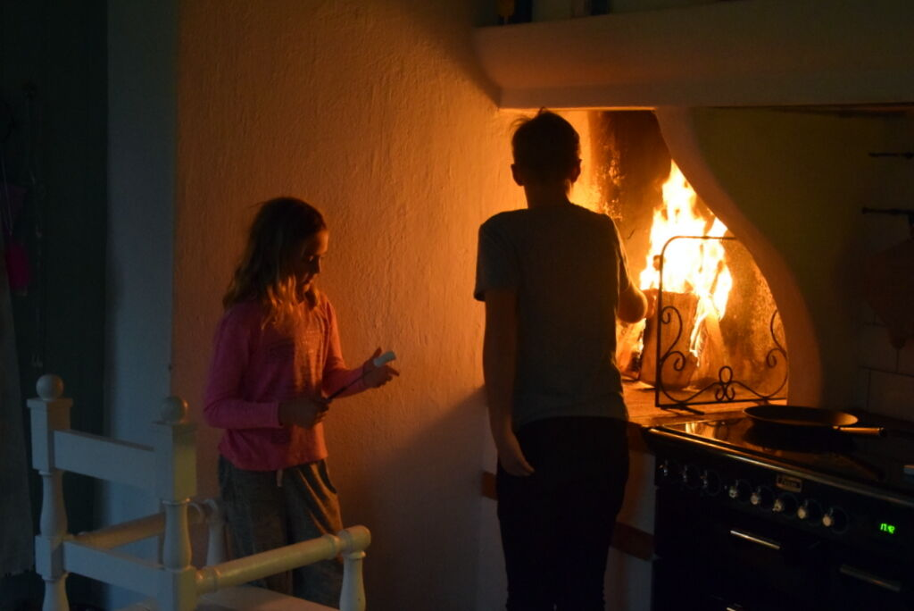 Väl hemma och barnen grillar marshmallows. Skönt att komma hem och värma sig vid brasan. Önskar er alla en fin lördagskväll.