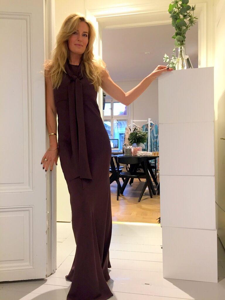 Jag är på jakt efter en ny klänning och passade på att prova denna vackra kreation från Greta.