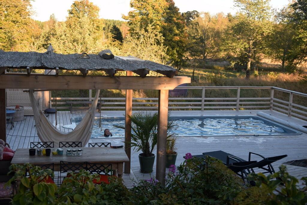 Hemma på prästgården har barnen tagit sina sista dopp i poolen för i år och värmen har stängts av.