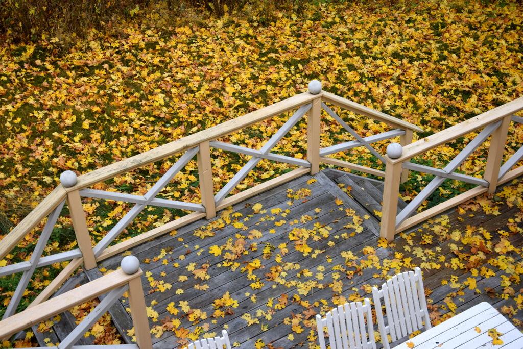 Några utemöbler som fortfarande står kvar. Dags att kratta löv.
