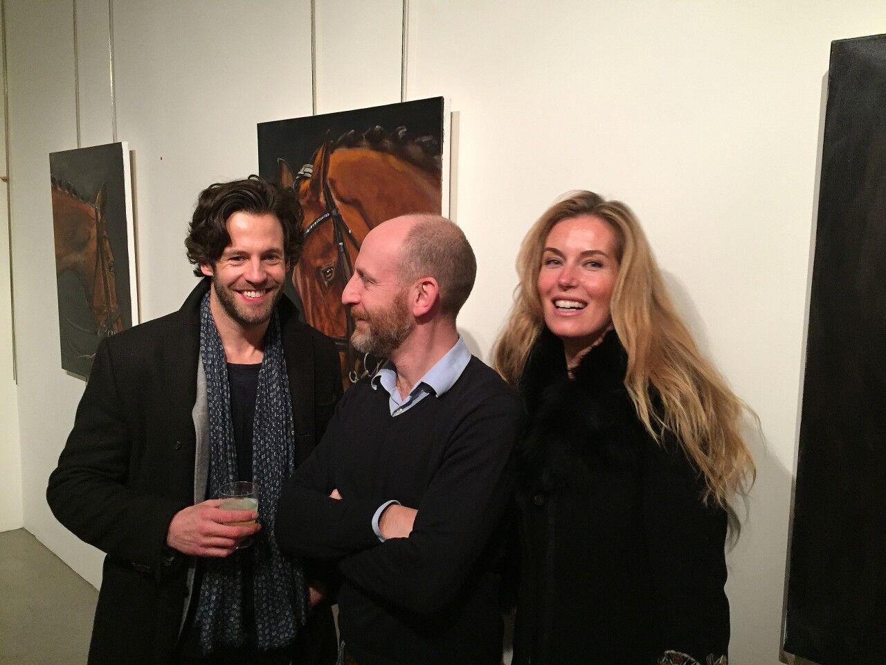 Glad stämning på Dark hose. Här i sällskap med skådespelaren Richard Ulfsäter och konstnären själv, Georg Strömfelt.