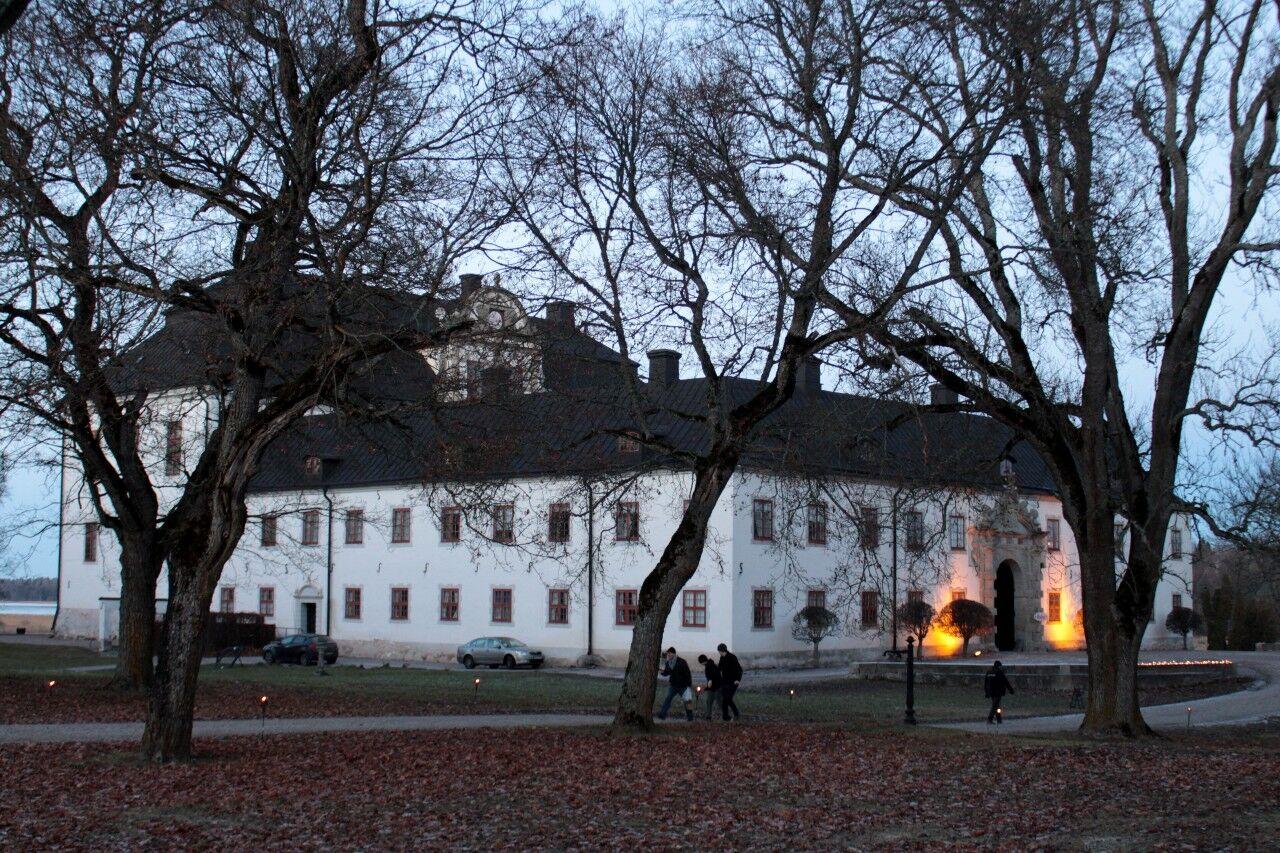 Vackra Tidö slott i skymningsljus. Delar av julmarknaden hölls i slottets kälare och delar i det som tidigare var leksaksmuseum.