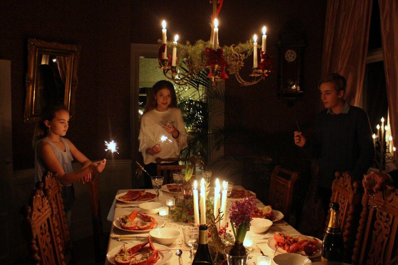 Juldukningen har enkelt svirats om till nyårskalas och Lovisa, Emmy och Adrian fascineras av tomtebloss. tomtebloss.