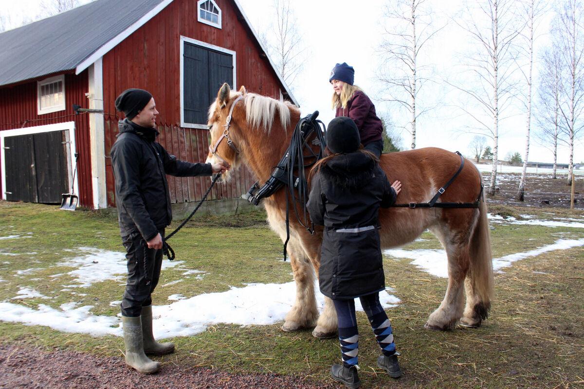 Innan vi åkte tog Magnus fru Helena med sig Lovisa på en lite ridtur och lyckan var total.