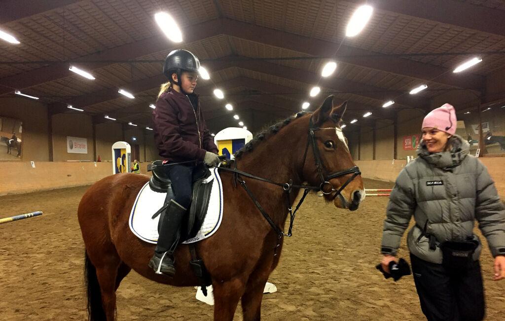 Lovisa med sin ponny Mackan och ridlärare Maria. I helgen avverkat Lovisa sin första hopptävling och är mäkta stolt över sina två första prisrosetter. Jag gissar att det kommer bli många fler framöver.