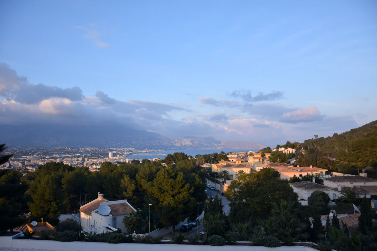 med härlig utsikt över staden L'Albir som inte långt från Alicante.