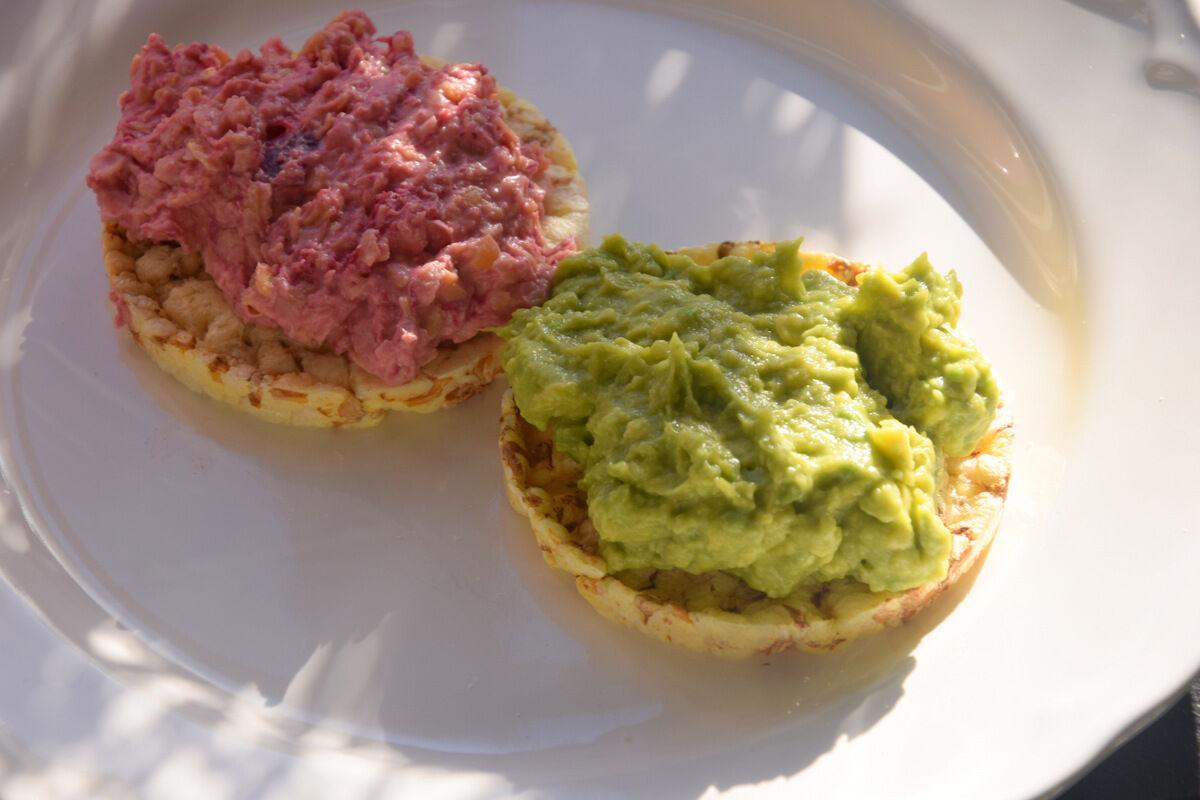 Ekologiska majskeks med guacamole och hummus med rödbeta. Mumsig hemmalunch.