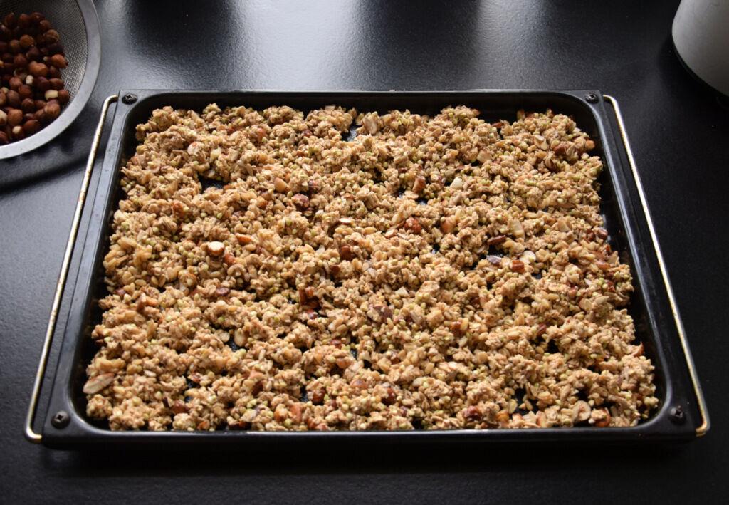 Och det är så lätt att göra sin egen granola. Jag blandar havreflinger med nötter, frön, honung och äppeljuice och bakar det krispigt i ugnen. Sen tillsätter jag rostade kokosflingor. Så gott!