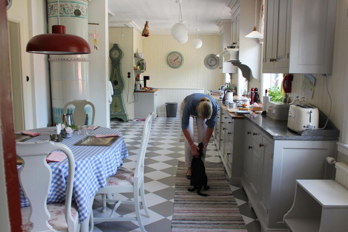 Linda i det nyare köket på Grensholm.