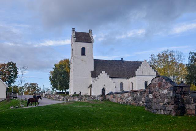Vi fortsätter förbi Gillberga kyrka.