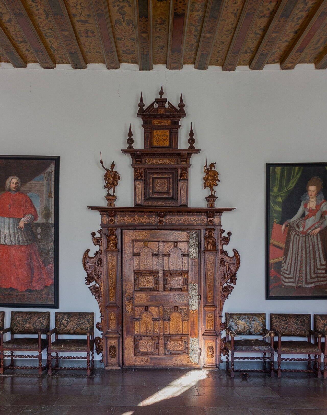 En av slottets vackra dörrarna i intarsia.