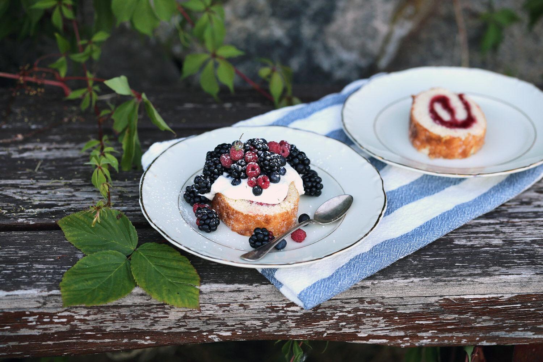 Rulltårta med björnbär, blåbär och skogshallon. | Ta till vara.