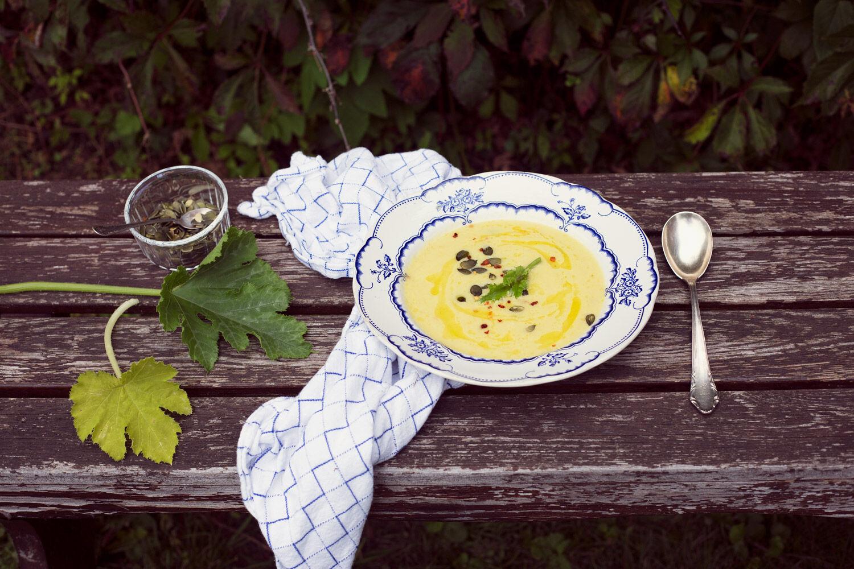 Krämig soppa på zucchini med chiliflakes. Ta till vara.