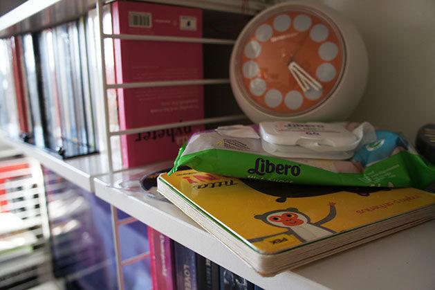 Stilleben i bokhylla