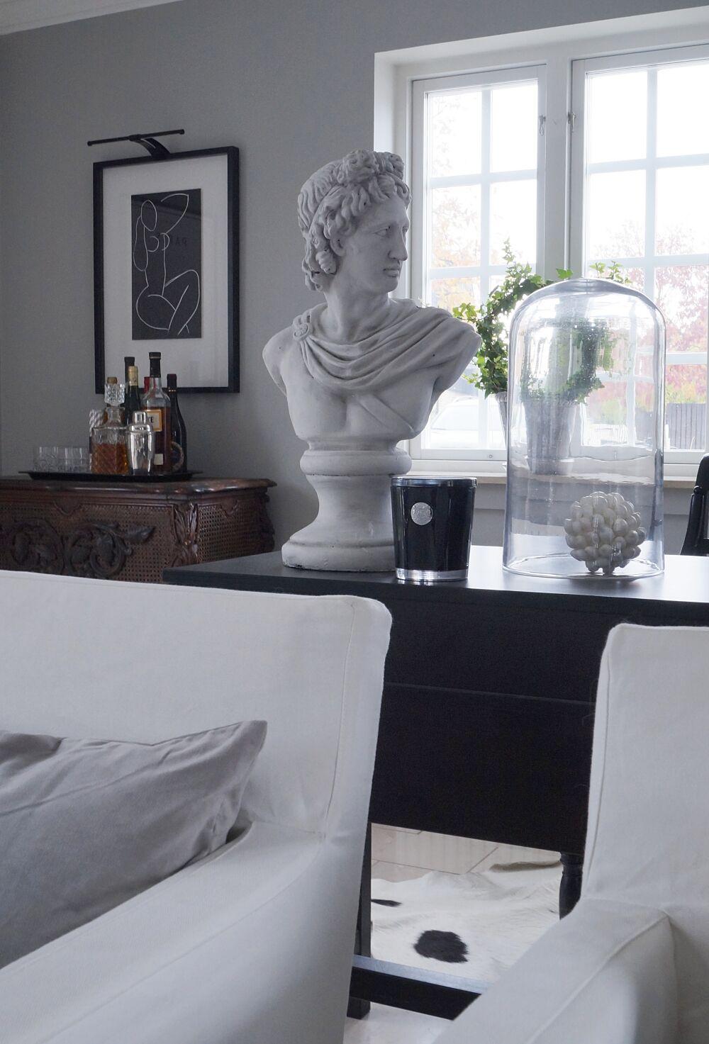 skrivbord-mitt-i-rummet
