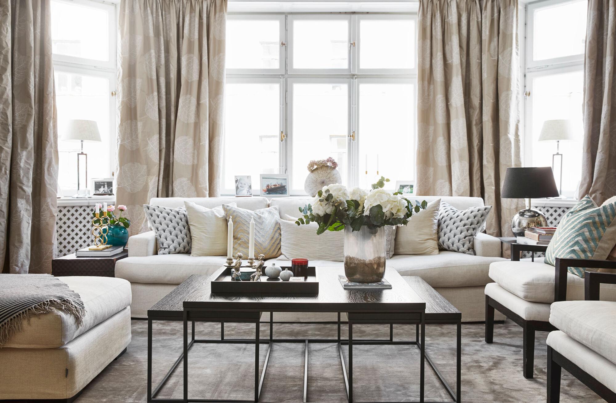 stephanie-vardagsrum-gardiner-soffbord-soffa-matta