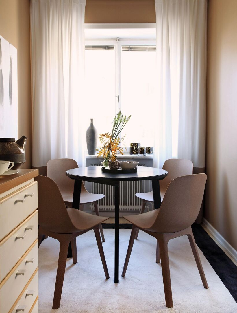 kok-litet-runt-matbord-stilleben-gardiner-fonster-vit-matta-beige-vaggar-inredare-geir-oterkjaer