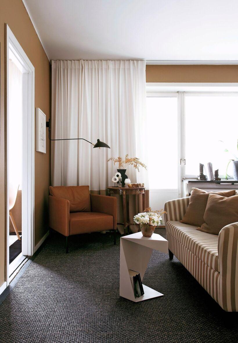 randig-tygsoffa-lashorna-vardagsrum-soffbord-svart-vas-stilleben-gardiner-fonster-mork-flatad-matta-beige-vaggar-inredare-geir-oterkjaer