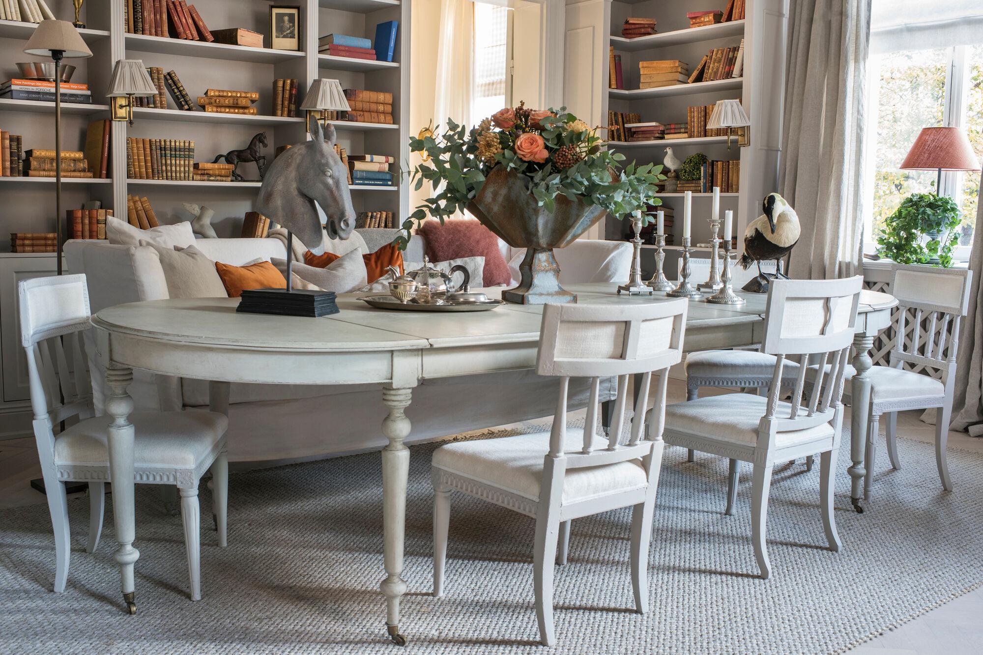 endre-matplats-bokhyllor-gammalt-bord