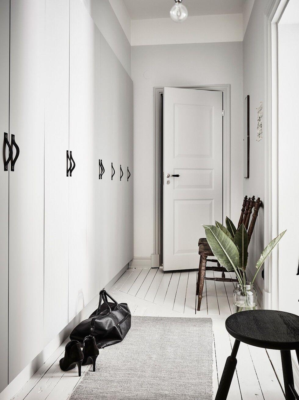 Garderob i hall med läderhandtag
