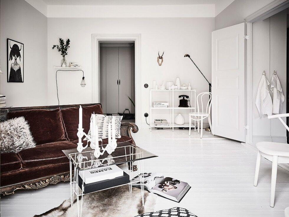 Ljusa golv o ljusa väggar- Entrance fastighetsmäkleri