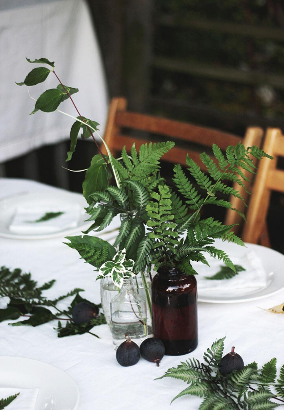 sommardukning glasvaser med blommor